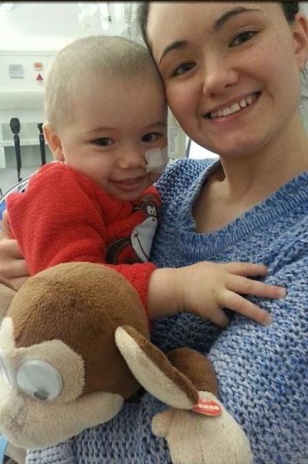Diagnosticado com 27 tumores, menino de 2 anos ganha luta contra câncer
