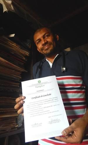 Jovem brasiliense se torna médico com ajuda de livros encontrados no lixo e em paradas de ônibus