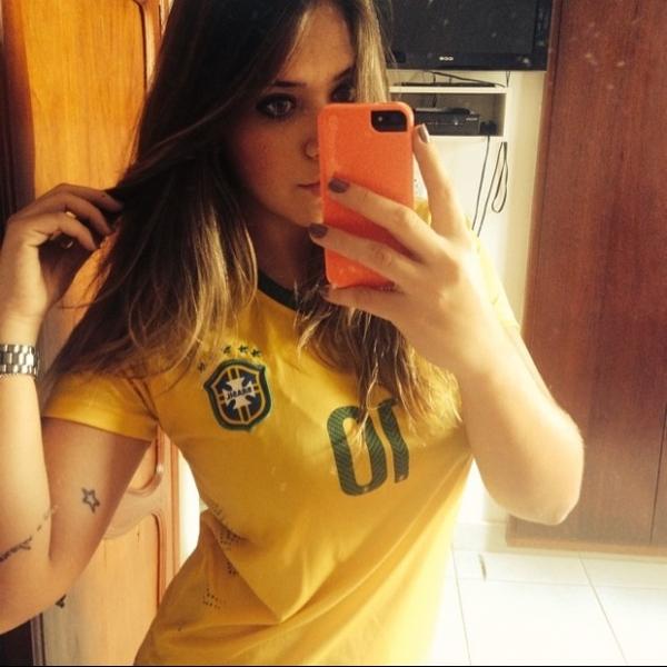 Laryssa Oliveira usa camisa de Neymar para torcer pelo Brasil