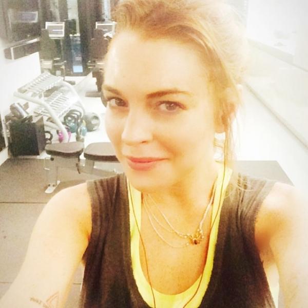 Lindsay Lohan treina sem maquiagem e faz selfie na academia
