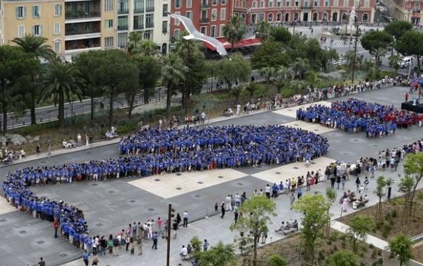 Multidão forma saxofone gigante e quebra recorde na França