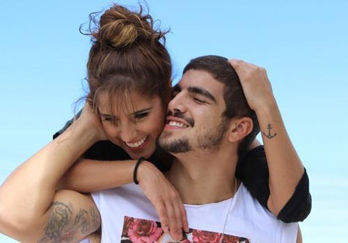 Caio Castro e Camilla Camargo posam em clima de romance para filme