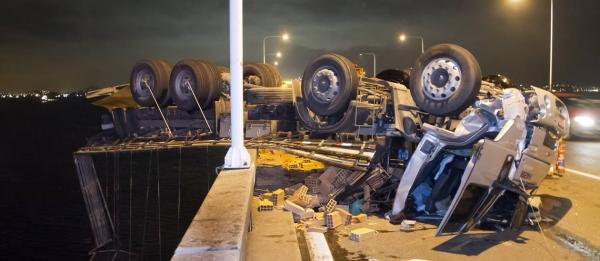 Caminhão capota e fica pendurado na ponte Rio-Niterói; três ficam feridos