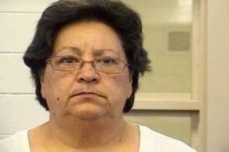 Cozinheira de cadeia feminina é presa por lamber e chupar comida antes de servir