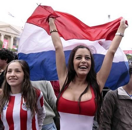 Larissa Riquelme, no Brasil para a Copa após lipoaspiração, diz que deseja morar no país