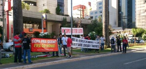 Manifestantes protestam em frente ao hotel da Seleção em Goiânia