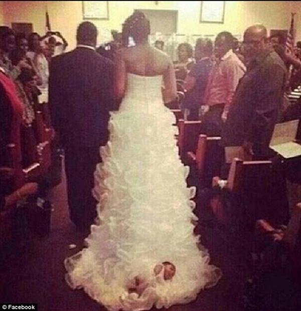 Noiva é criticada após se casar com filha recém-nascida presa ao vestido: