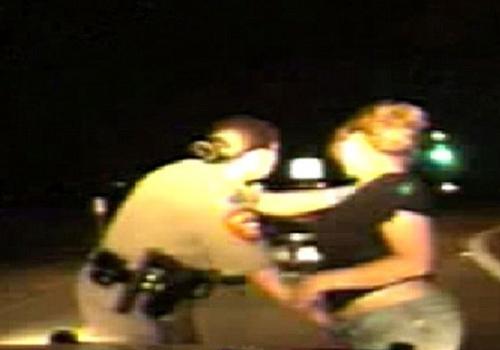 Policial é condenada por fazer revista íntima em plena rodovia nos EUA