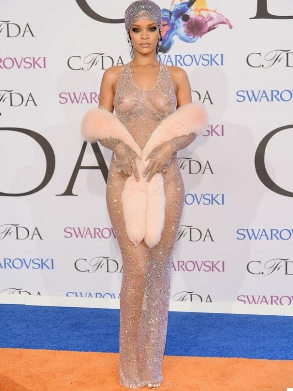 Stylist de Rihanna fala a site sobre vestido ousado da cantora: ?Tão nua