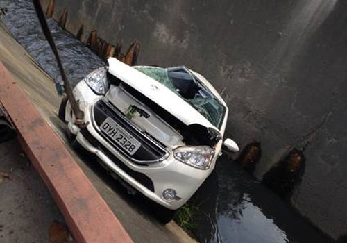 Carro em fuga cai em canal de Niterói; casal tenta ajudar e ouve: ?Sai fora! Aqui só tem bandido!?