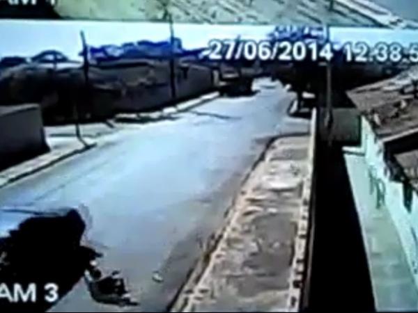 Ciclista é arremessado em colisão e bicicleta