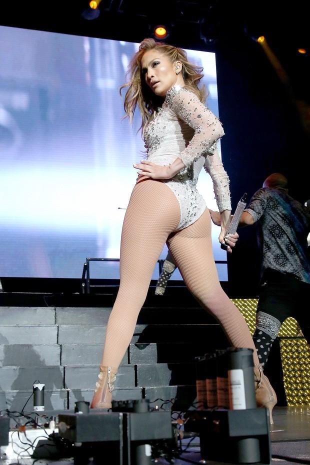 Jennifer Lopez exibe boa forma com mai decotad﨎simo em show