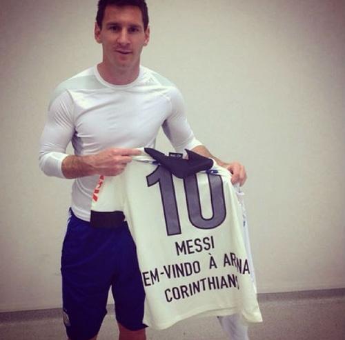 Messi reconhece o gramado e ganha a  10 do Timão: