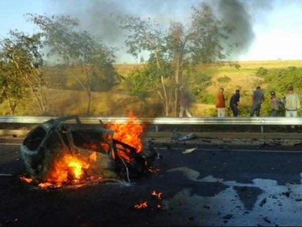 Motorista morre carbonizada em acidente entre carro e caminhão