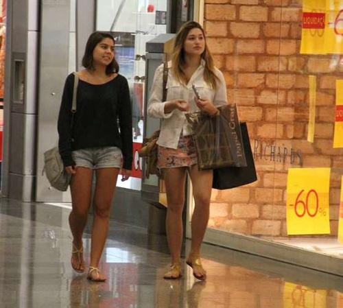 Sasha faz compras com amiga em um shopping do Rio de Janeiro