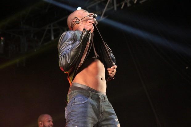 Thiaguinho levanta a blusa e sensualiza em show