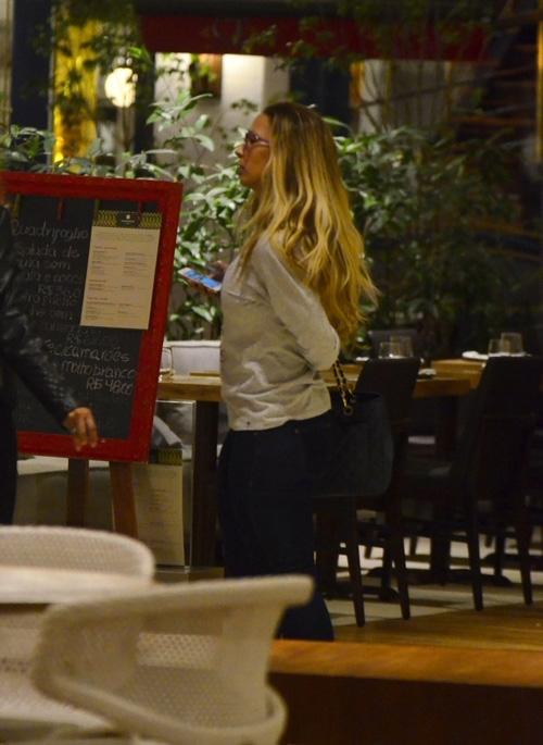 Valesca Popozuda manda beijinho no ombro ao lado de fãs no shopping