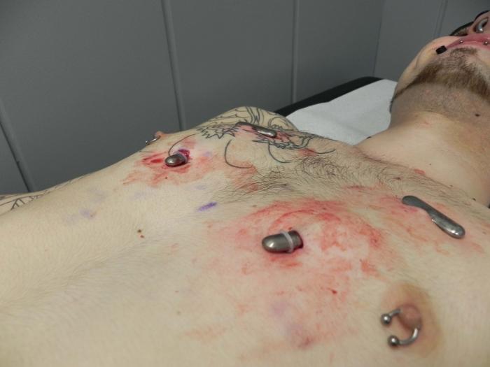 Você teria coragem? Ele levou o uso de piercings a outro nível