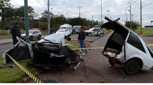 Carro parte ao meio em acidente envolvendo van com universitários