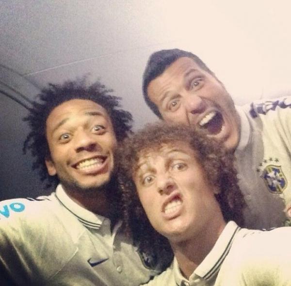 David Luiz faz careta em foto com Marcelo e Júlio César