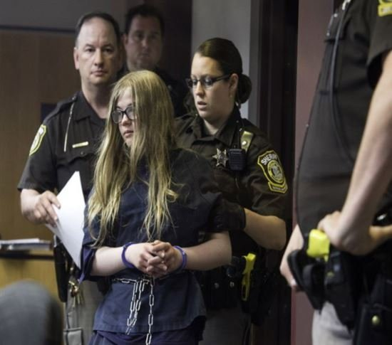 Duas garotas de 12 anos esfaquearam 19 vezes colega de escola para agradar seres mitolicos de um site de terror