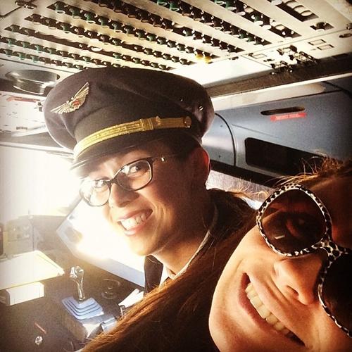 Giovanna Antonelli posa com pilota e fãs questionam: