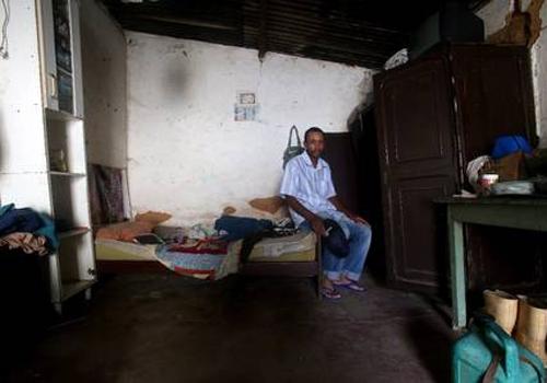 Homem que trabalhava como escravo usa o primeiro salário para comprar carne
