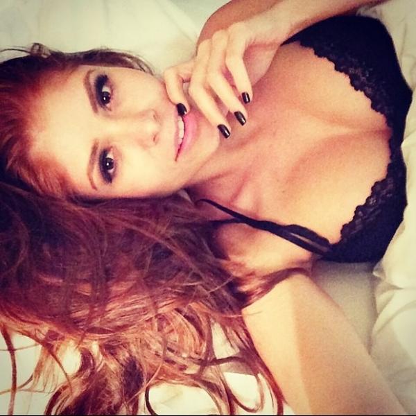 Olha a ruiva aí! Ex-BBB Amanda presenteia fãs  com foto de lingerie deitada na cama