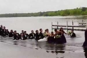 Píer desaba com convidados e noivos em foto de casamento