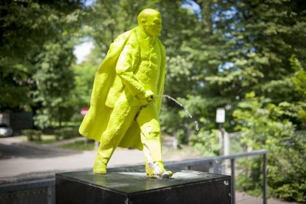 Dupla de artistas instala estátua de