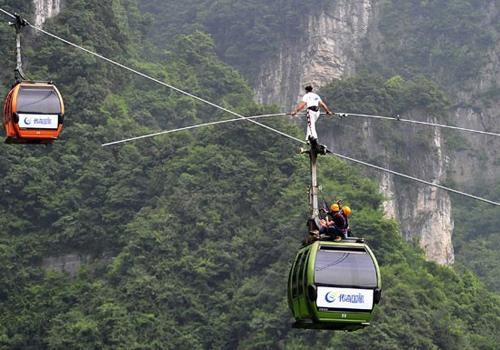 Equilibrista falha em cruzar montanha em cabo de teleférico na China