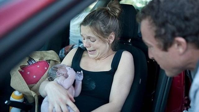 Mulher dá à luz em carro na beira da estrada na Austrália
