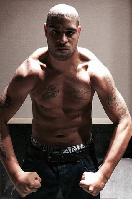 Sem clube, Adriano põe mansão à venda no Rio  e busca imóvel menor