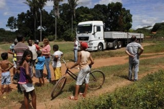 Prefeita Salete Rêgo garante aos moradores do conjunto habitacional Mangueirão energia elétricas em suas residências