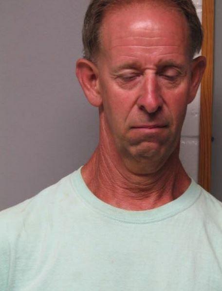 Americano  preso pela segunda vez por se masturbar pelado em jardim