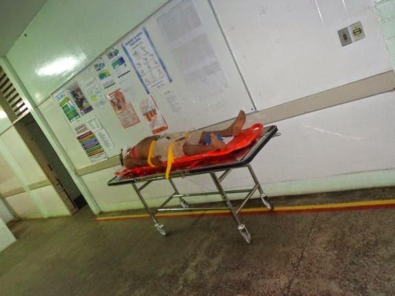 Caminhão carregado de madeira tomba e mata criança na BR 402