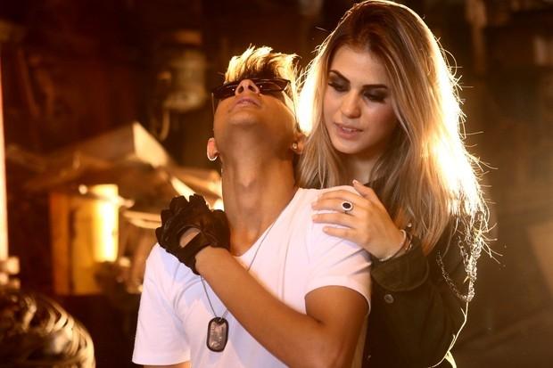 Gabrieli Emboaba, irmã de Oscar da seleção, grava clipe de funk no Rio