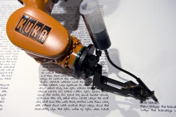 Grupo alemão usa robô para escrever a Torá, livro sagrado do judaísmo