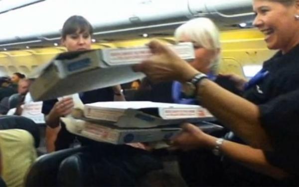 Piloto americano pede 35 pizzas para passageiros após voo atrasado