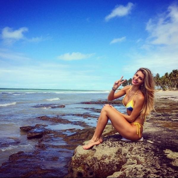 Tatiele Polyana posta foto de biquíni e filosofa
