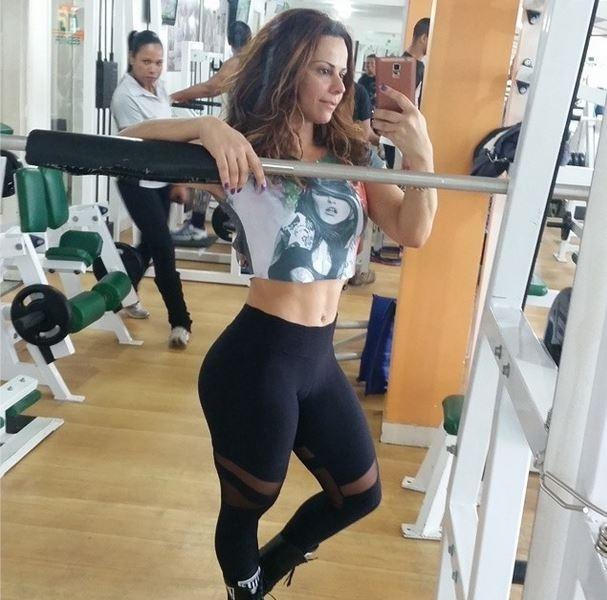 Viviane Ara仼o exibe cintura fininha e usa cal軋 transparente para malhar