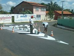 Cruzamento entre as ruas João Guariguazi e Hugo de Castro recebe sinalização