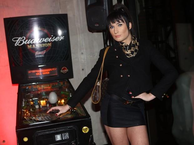 Em lançamento de nu, ex-BBB Vanessa comenta ausência de Clara