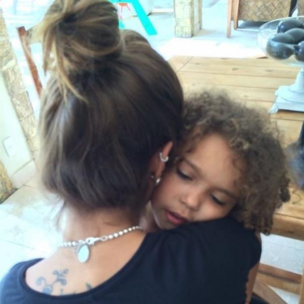 Em meio a rumores de crise, Ronaldo posta foto de Paula Morais com filha