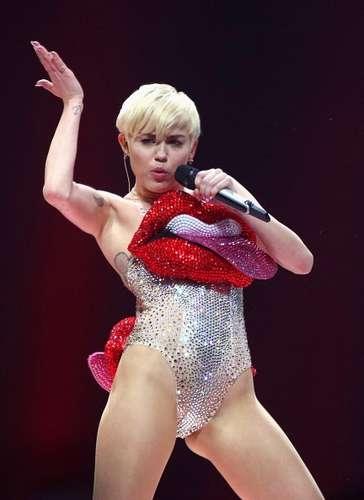 Maiô cavado está de volta à moda graças a Miley Cyrus
