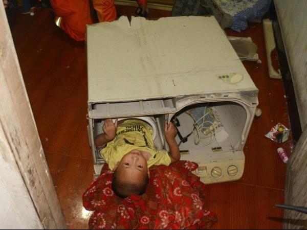 Menino de 3 anos fica preso em máquina de lavar roupas na China