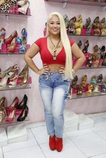 Mulher Filé vai a loja com decotão, colar personalizado e barriga de fora