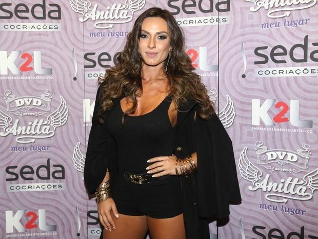 Nicole Bahls combina look polêmico com lingerie: ?É chiquérrimo!?