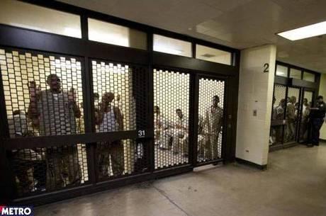 Pai visita filhão na cadeia e é detido acidentalmente por 31 horas