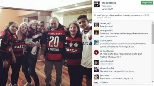 Reforço do Flamengo visita a família em casa e todos ganham camisa do time